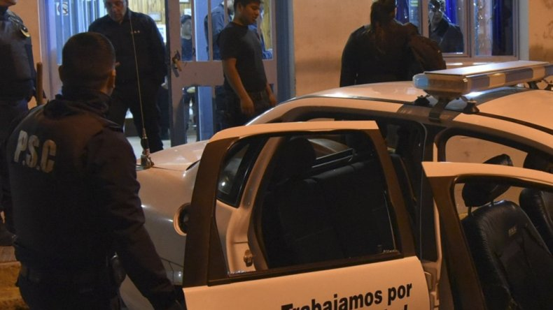 La confusa muerte de Gustavo Gerez sigue generando serios incidentes. El viernes un grupo de manifestantes volvió a atacar la comisaría donde estuvo detenido.