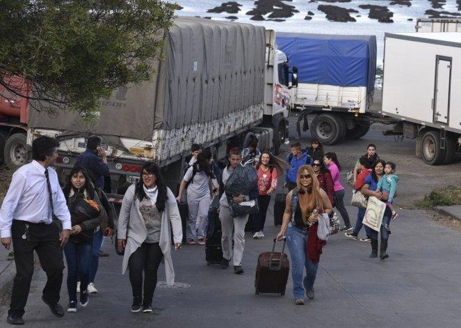 Los pasajeros de empresas de media distancia tuvieron que realizar tediosos trasbordos para continuar viaje.