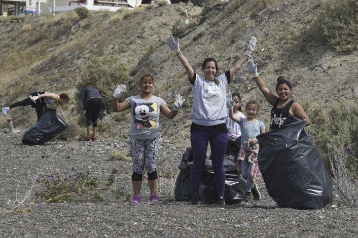 Voluntarios de Comodoro Rivadavia y Rada Tilly se volcaron a los sectores costeros para participar del proyecto Cuidemos nuestro tipo de mar.