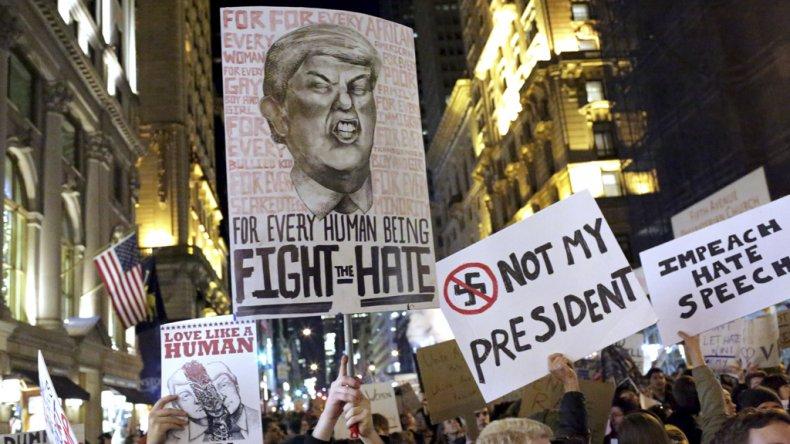 En ciudades como Nueva York continúan las masivas protestas contra el presidente electo.