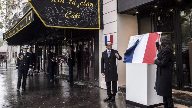 Hollande durante el homenaje que se realizó en el exterior del teatro Bataclan.