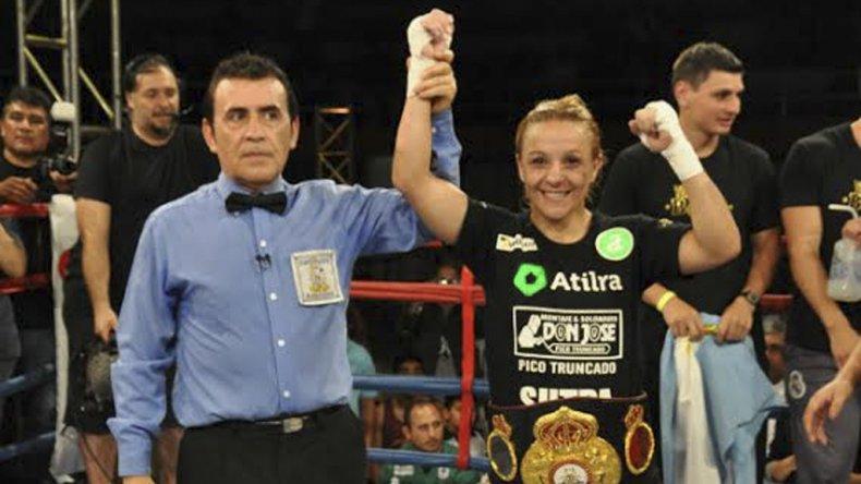 Yésica Bopp con su cinturón de campeona mundial del peso Minimosca de la AMB.