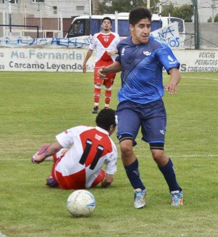 Ariel Bazán estuvo en los momentos precisos para contribuir con dos goles a la goleada de Newbery sobre Sarmiento.