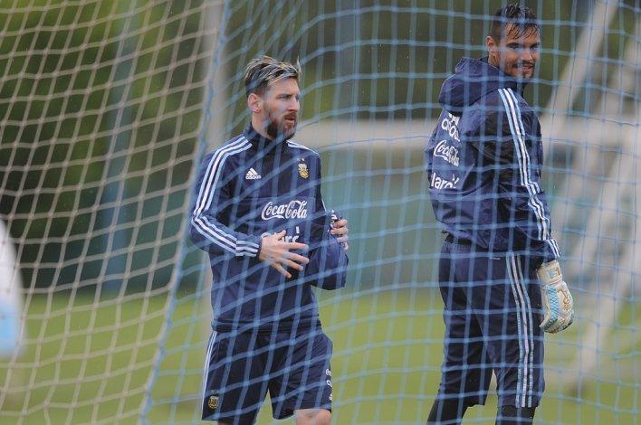 Lionel Messi y el arquero Sergio Romero durante el entrenamiento que la Selección realizó ayer en Ezeiza.