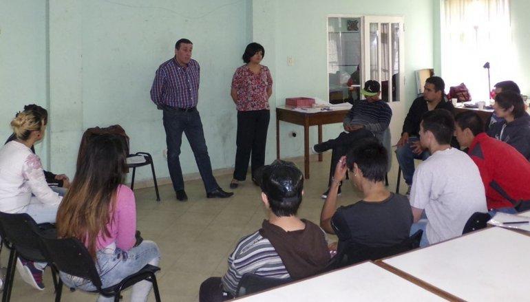 Jóvenes que buscan empleo recibieron capcitación en oratoria por parte de una locutora nacional.