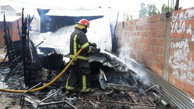 Dos cabañas que se encontraban en construcción fueron totalmente consumidas por el fuego. Las llamas fueron extinguidas por bomberos de la Unidad 5ª y 16ª.