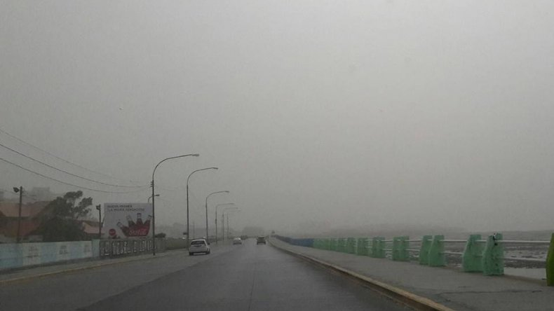 Polvo del Colhue Huapi provoca visibilidad reducida: precaución en rutas y caminos alternativos