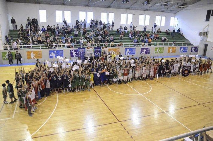 Las distintas delegaciones que tomaron parte del encuentro provincial de minibásquetbol que fue todo un éxito en Comodoro Rivadavia.