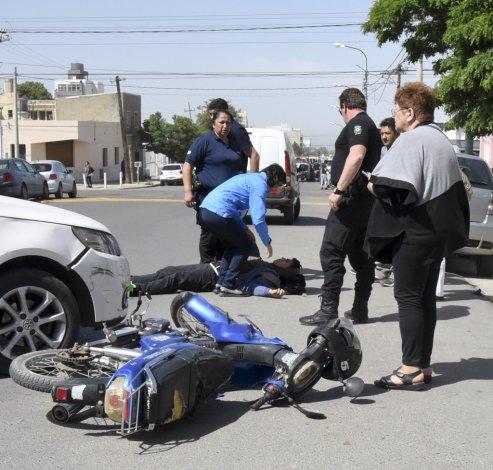 La cirujana Rosa Vilte le brindó los primeros auxilios al motociclista en plena calle. El joven sufrió fractura en su codo izquierdo y debió ser hospitalizado.
