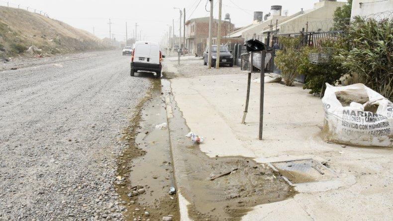 Los moradores de la vivienda de Francisco Behr están pidiendo que la Cooperativa tome intervención en el problema de desborde cloacal que hay frente a su casa.
