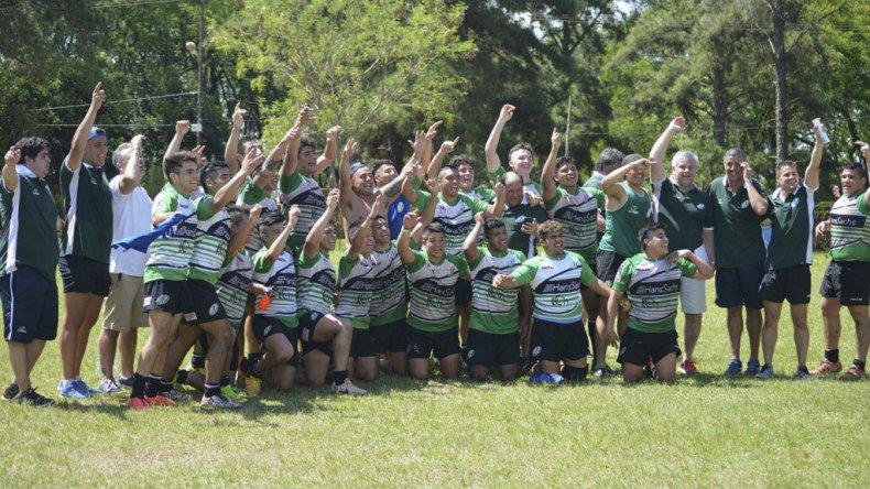 La Selección Juvenil de la URA con los brazos en alto en el norte argentino.