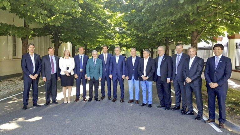 El gobernador Mario Das Neves junto a otros mandatarios provinciales en el encuentro con el presidente Mauricio Macri.