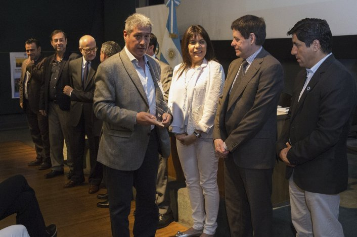 Carlos Catalá recibe el reconocimiento en nombre de la Municipalidad de Comodoro Rivadavia.