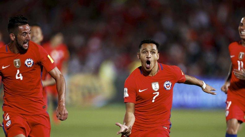 Alexis Sánchez festeja uno de sus dos goles que le marcó anoche a Uruguay.