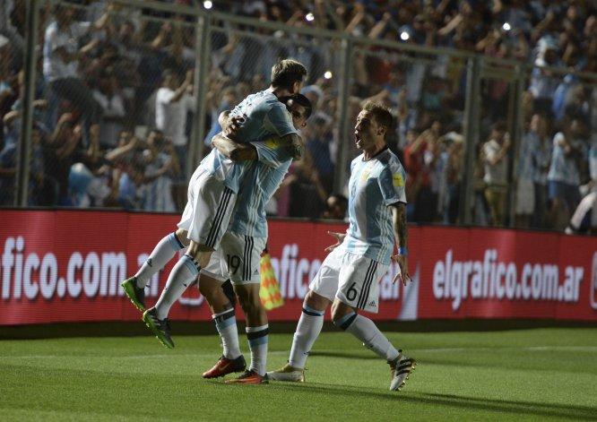 Lionel Messi se abraza con Ever Banega y se une al festejo Lucas Biglia