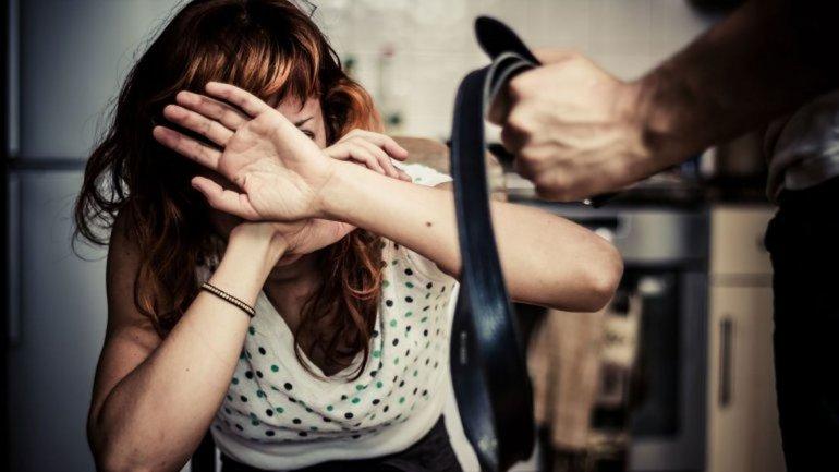 Ella lo denunció por agresión y  él la acusa de que le robó la ropa