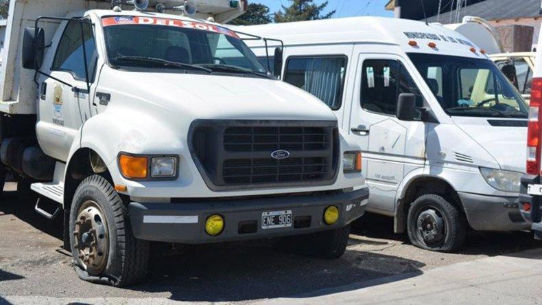 La mayoría de las unidades del parque automotor del municipio de Los Antiguos aparecieron con todos o algunos de sus neumáticos cortados con elementos punzantes.