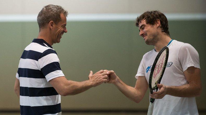 Guido Pella se saluda con su capitán Daniel Orsanic.