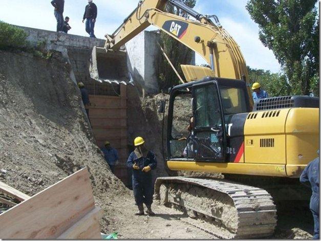 Los trabajos que efectúan operarios de la cooperativa para reparar una fisura en los tanques de reserva del Puesto La Mata.