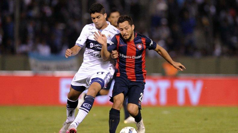 Sebastián Blanco se lleva el balón en el partido que San Lorenzo perdió anoche por penales ante Gimnasia.