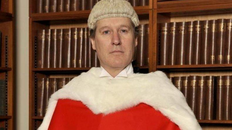 El juez Peter Jackson permitió que la madre de la adolescente, con quien vivía, avalara el procedimiento sin el consentimiento del padre.