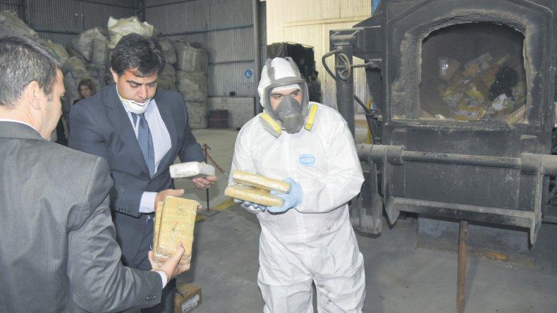 Casi un centenar de kilos de droga secuestrada desde 2007 en causas pequeñas fueron incinerados en el horno de una empresa en Bella Vista Oeste.