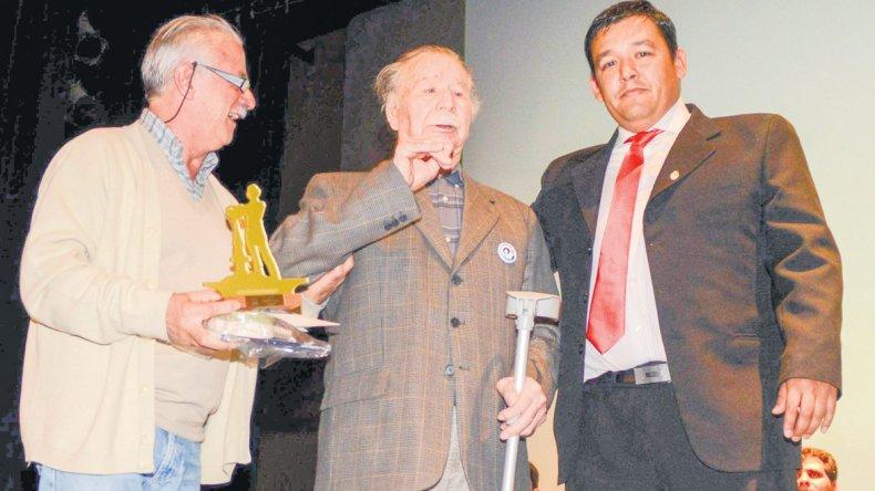 El diputado Gerardo Terraz entregó la distinción al vecino Honorio Barros –centro-