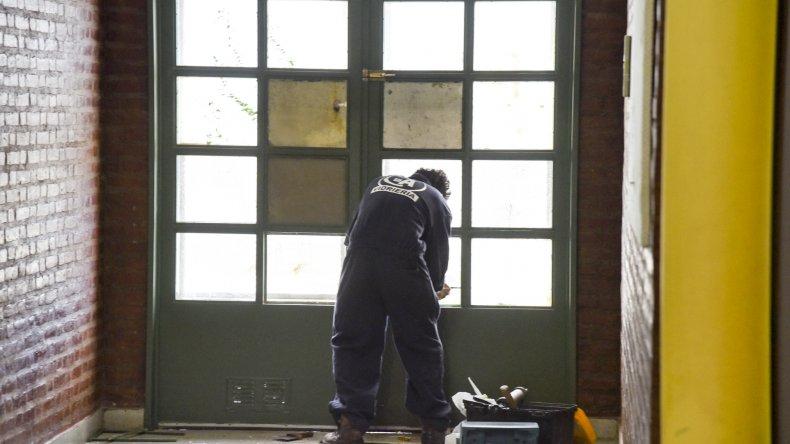 Un vidriero cambia los cristales de la puerta por la que ingresaron los ladrones al jardín del barrio Abel Amaya.