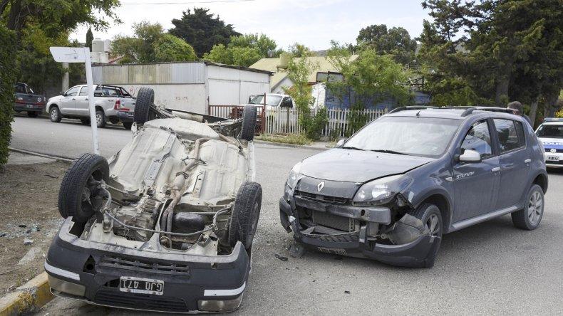 El Fiat Uno tras ser chocado terminó volcado contra el cordón de la vereda de la calle Piedra Buena.