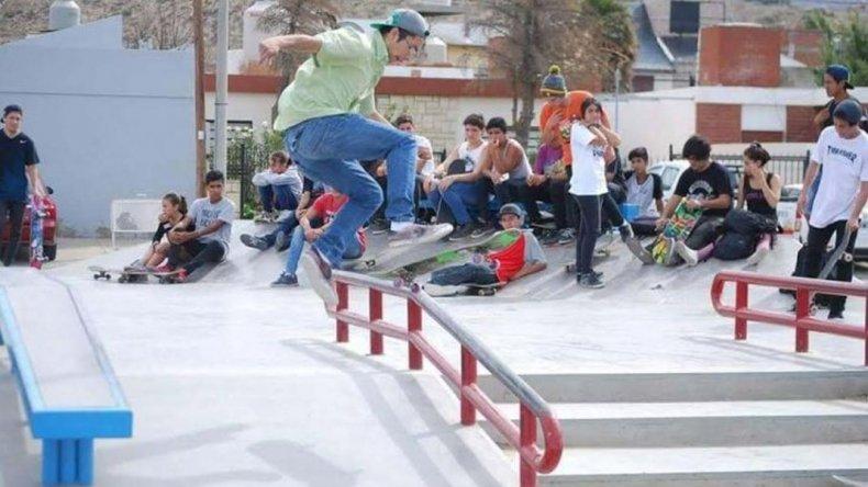 Demostraciones, regalos y juegos en el skate park del barrio Juan XXIII