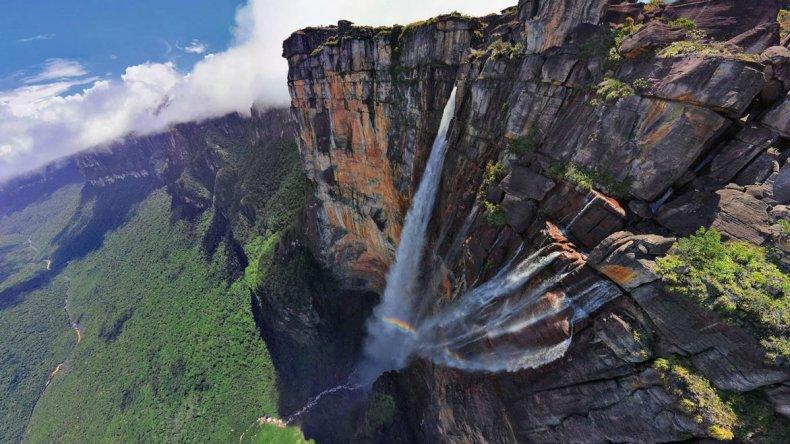 La fuerza de la caída de sus aguas se la atribuyen los nativos a los espíritus malignos que habitan la montaña.