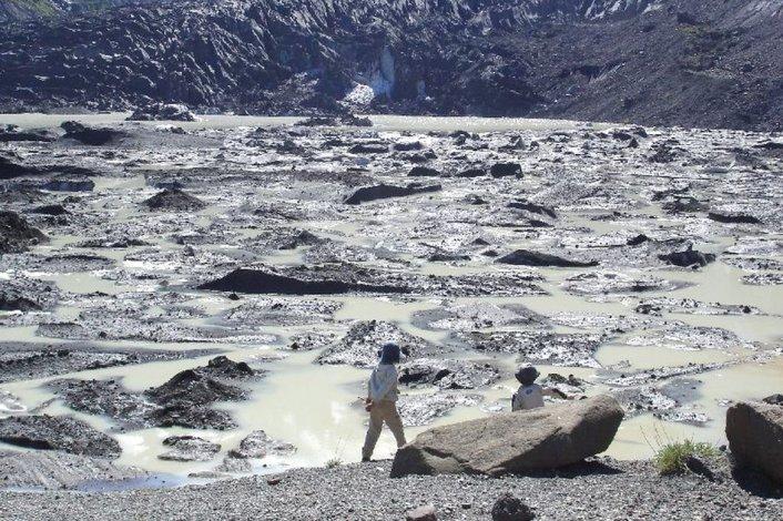 El ventisquero debe su nombre al color que tomó el glaciar durante su bajada del Cerro Tronador.