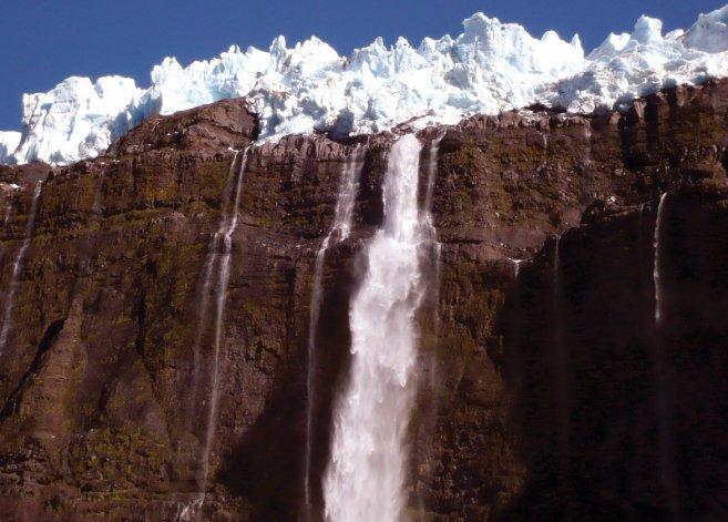 El nombre del cerro se debe al ruido que se produce por los frecuentes desprendimientos de hielo en los glaciares