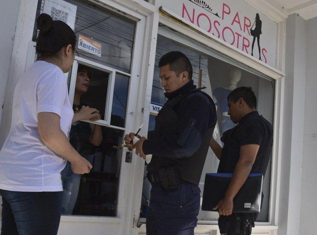 El asaltante también la arrebató las llaves del local a la encargada y la dejó encerrada. La policía tuvo que llamar a un cerrajero para liberarla.