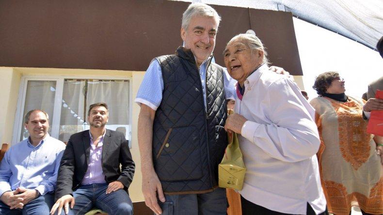El gobernador durante la inauguración de un centro de día de adultos mayores ayer en Gaiman.
