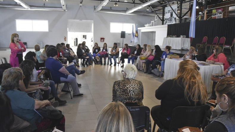 El trabajo en comisiones durante el encuentro que se realizó ayer en el Centro Cultural de Comodoro Rivadavia.