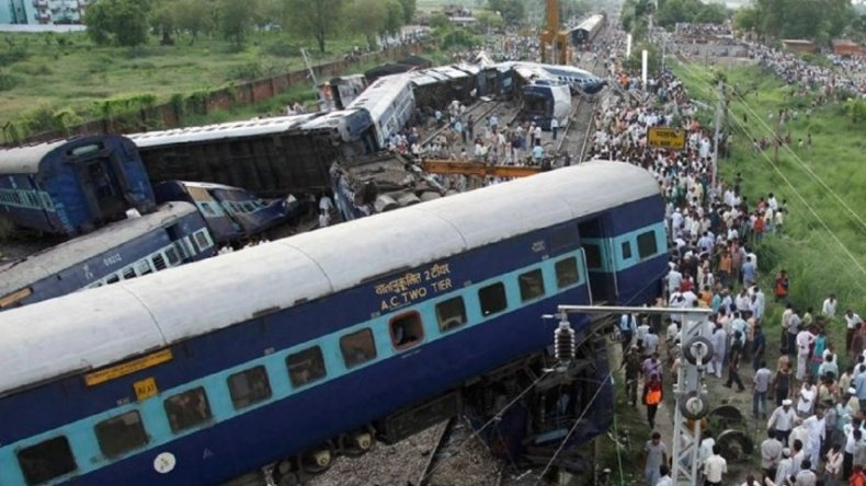 Descarriló un tren en India y hay al menos 91 muertos