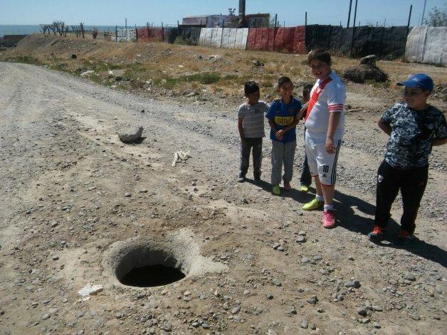 Peligro: jugaban a la pelota y descubrieron una alcantarilla abierta
