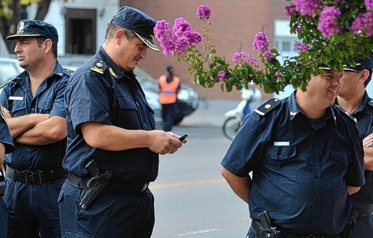 Policías con celulares sin acceso a redes sociales