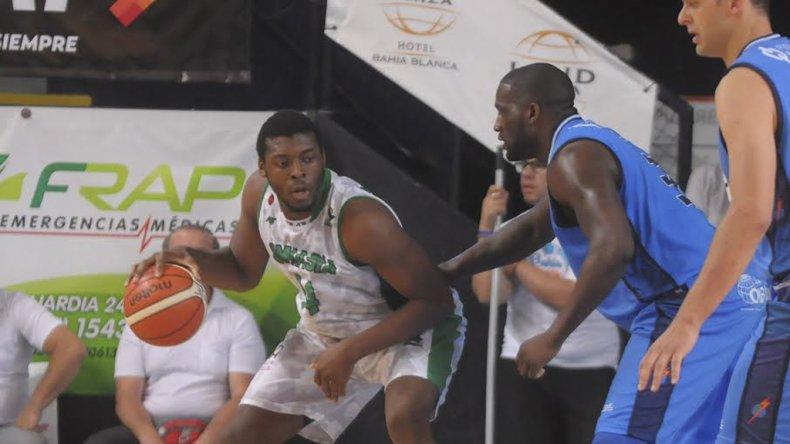 Lotanna Nwogbo con el balón marcado en la pintura por Anthony Johnson en el partido que el sábado Gimnasia le ganó a Bahía Basket en el Osvaldo Casanova.