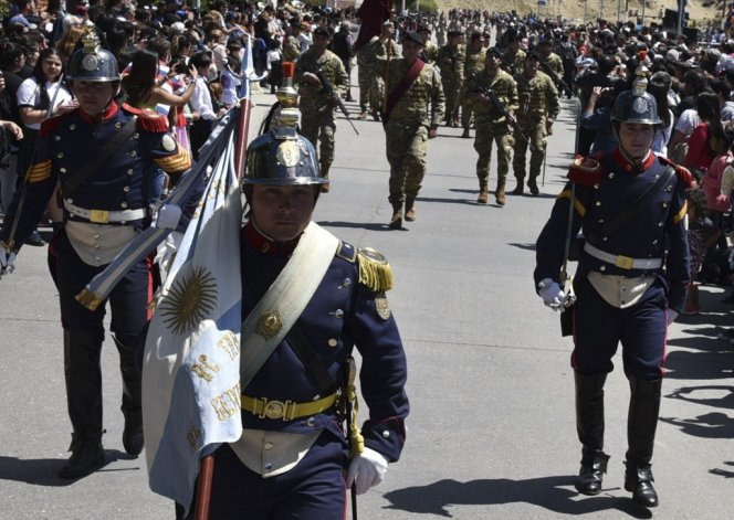 Caleta Olivia celebró su aniversario con un multitudinario desfile cívico militar