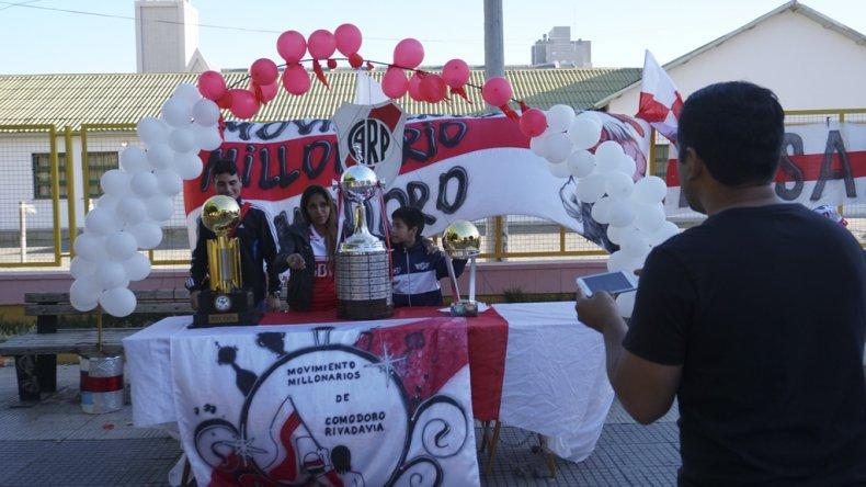 Los hinchas de River disfrutaron de una tarde distinta sacándose fotos con réplicas de copas internacionales que ganó el Millo.