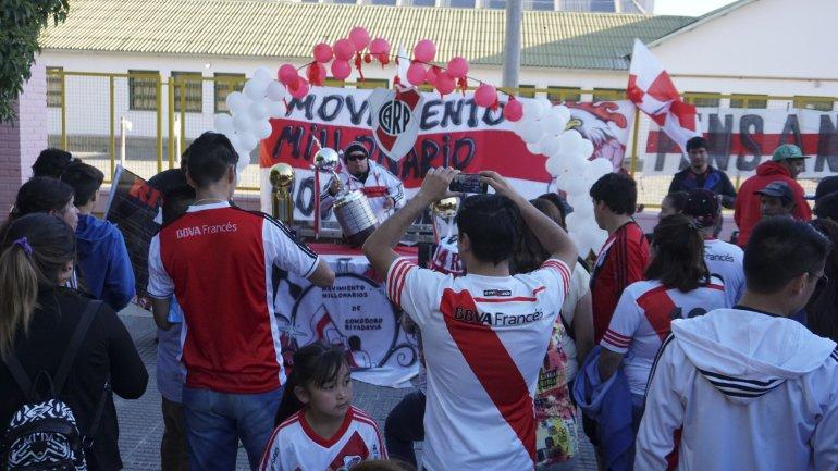 Centenares de simpatizantes del club de Núñez se acercaron ayer hasta la Escuela 83 para tener un hermoso recuerdo.