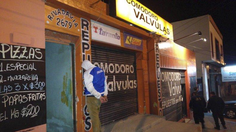 El momento en el que Lucas Siveiro es detenido afuera del local comercial. Está radicado en Salta y no tiene domicilio fijo en esta ciudad.