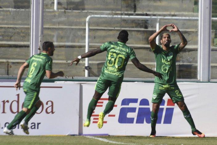 Adrián Balboa festeja uno de sus dos goles que le marcó ayer a Belgrano.