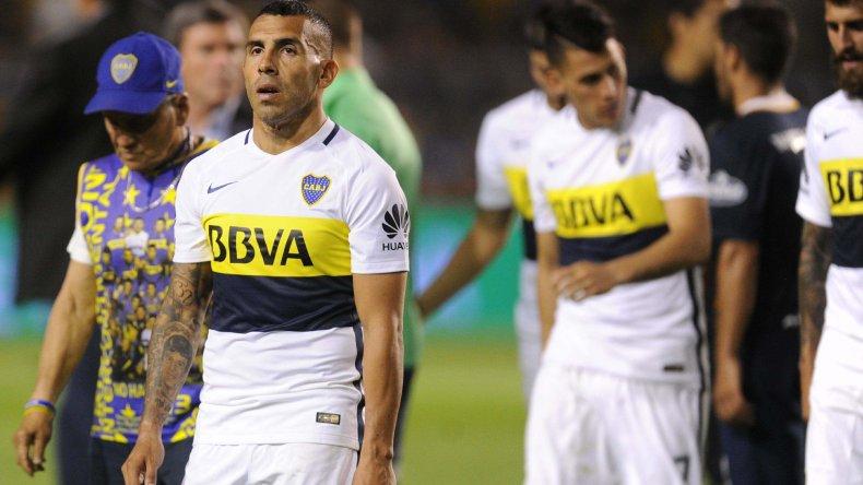 Carlos Tevez se retira resignado tras el empate de Boca ante Central.