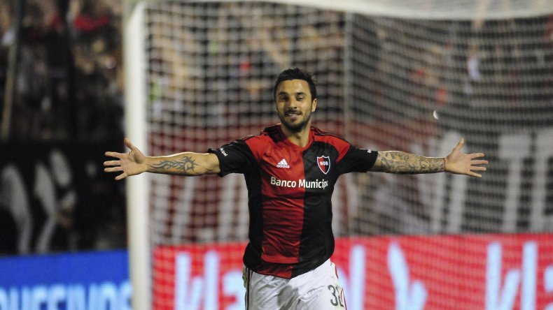 Ignacio Scocco festeja el gol que le convirtió de penal a River