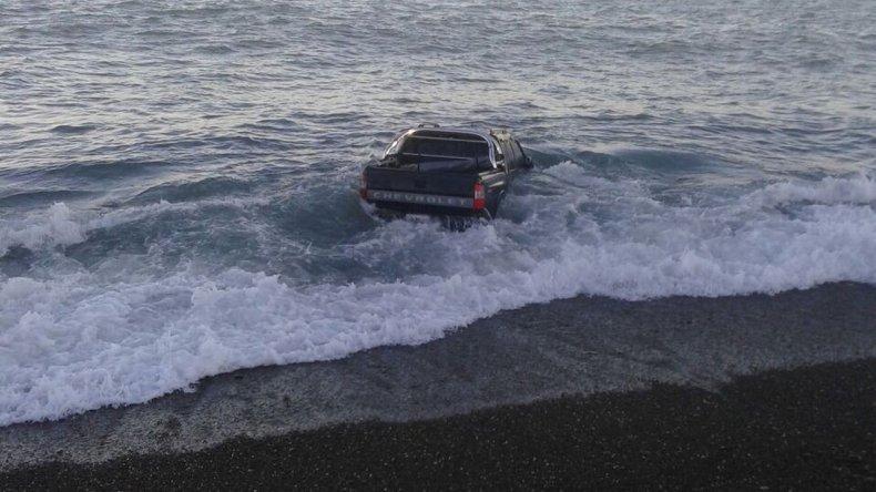Camioneta quedó encajada en la arena y cubierta por el mar
