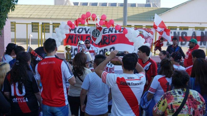 Hinchas de River se fotografiaron con las réplicas de las copas internacionales