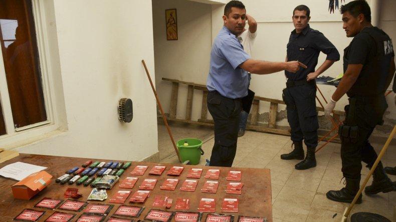 Parte de los elementos que fueron secuestrados en el interior de la vivienda en que residía el menor de 17 años sospechado de haber cometido siete hechos de robo.